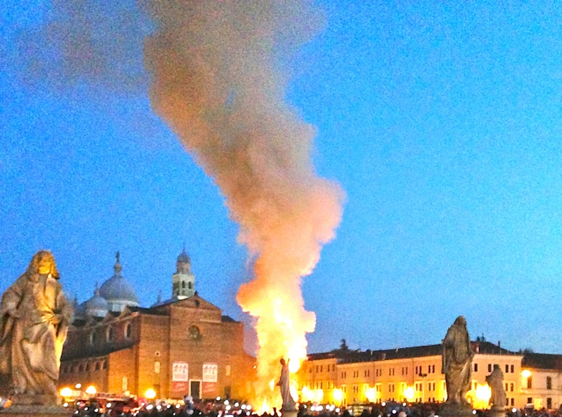 Falò dell'Epifania  2014 davanti Santa Giustina a Padova